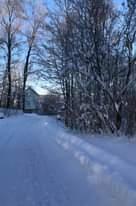 Kuvan mahdollinen sisältö: puu, lumi, taivas, kasvi, talo, ulkoilma ja luonto