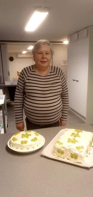 Kuvassa voi olla 1 henkilö, kakku ja sisätila